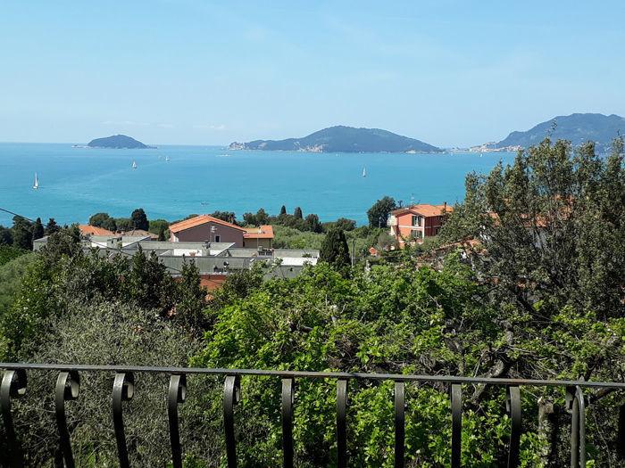 В Италии регион Лигурия на склоне Леричи панорамная вилла.
