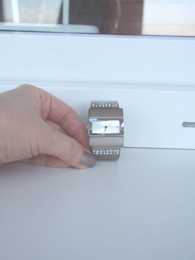 Продам женские наручные часы с браслетом, декорированные белыми криста