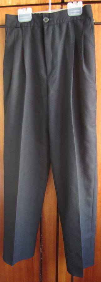 Школьные брюки разных размеров.