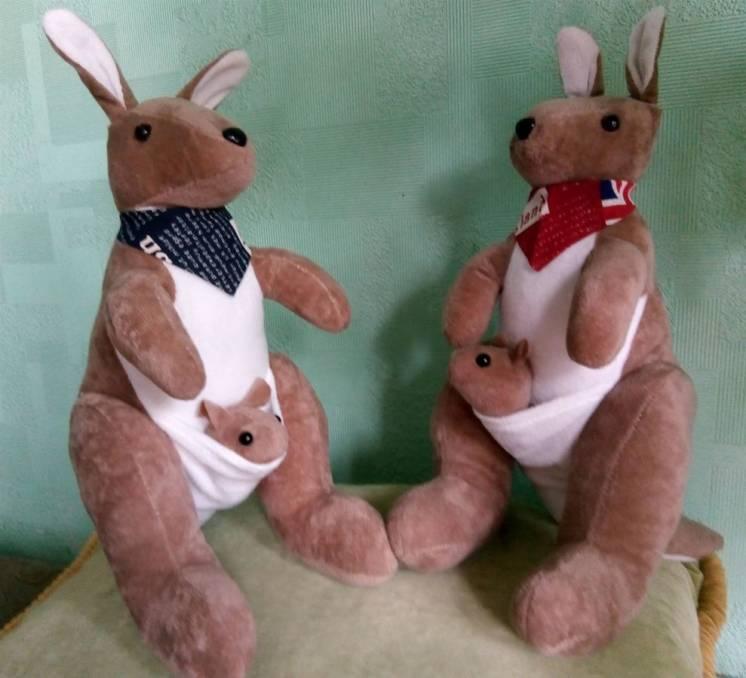 Плюшевый кенгуру с малышом