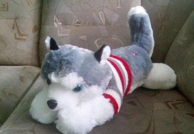 Плюшевая собака в свитере