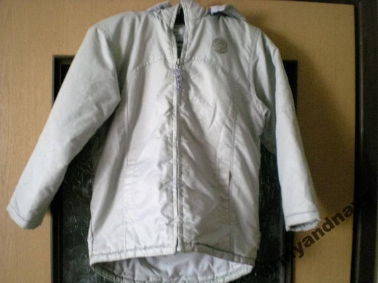 Куртка женская осенняя в хорошем состоянии Размер 40, с капюшоном