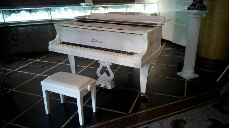 аренда белого рояля