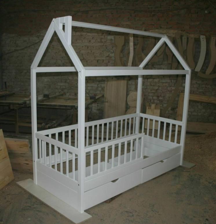 Кроватка домик деревянная с ящиками. В наличии