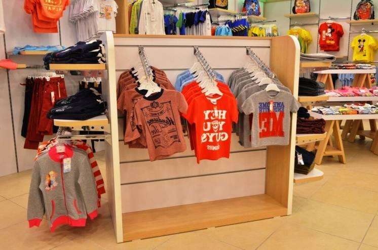 Оборудование для магазина одежды под заказ. Стеллажи для одежды