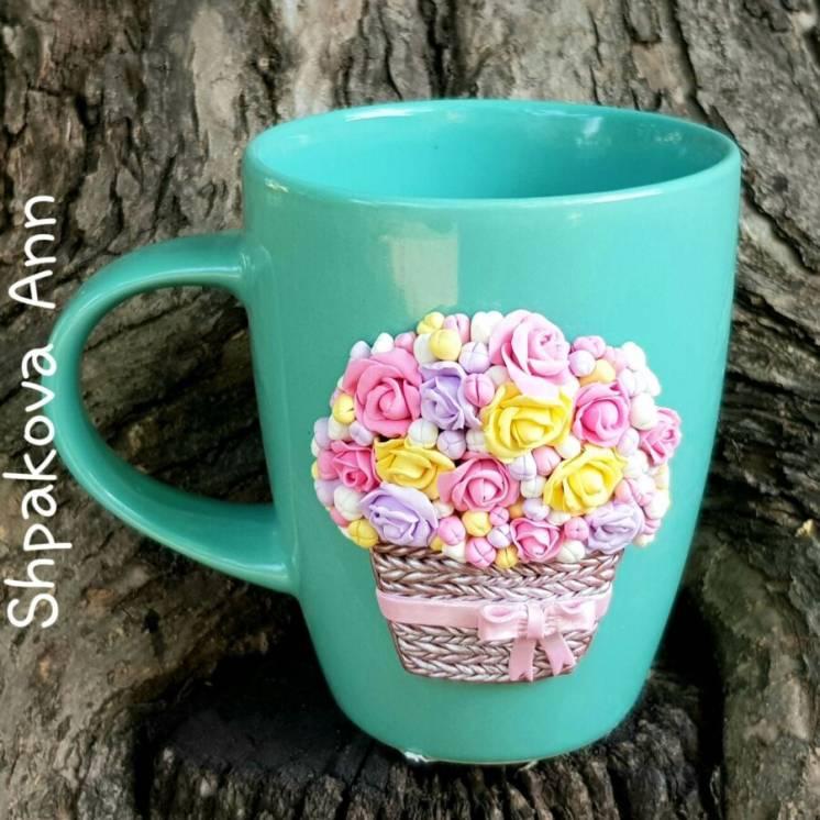Декоративные розы в корзине на чашке с декором из полимерной глины