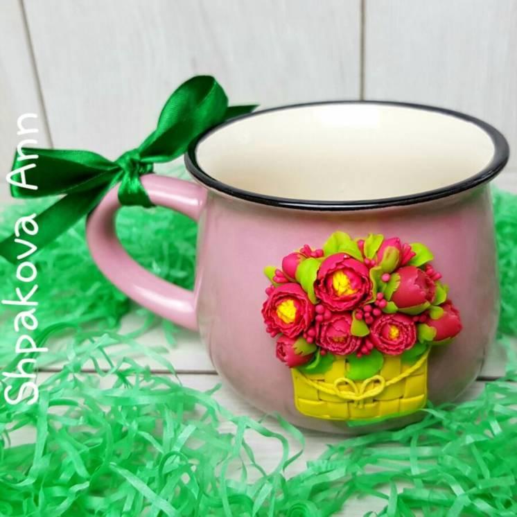 Пионы в лукошке на чашке с декором из полимерной глины ручной работы