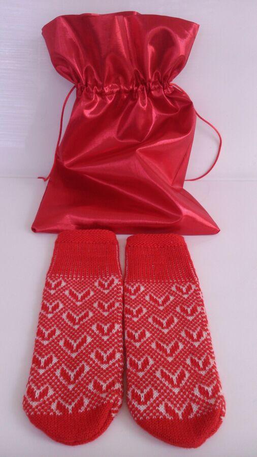 Подарок для любимой варежки с сердечками в красном мешочке. шерсть.