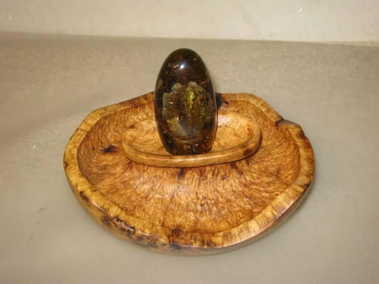 Настольная композиция, ваза с камнем.