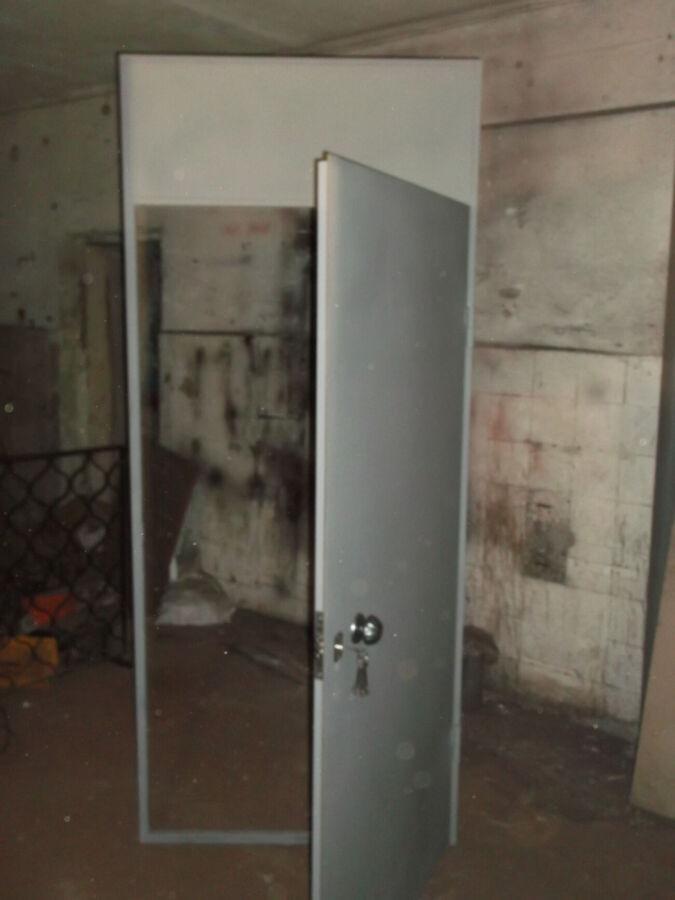 Продам тамбурную металлическую дверь