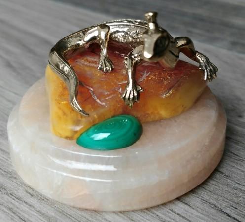 Бронзовая саламандра на янтаре