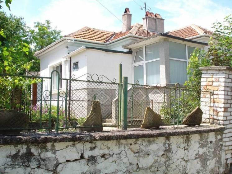 дом в Болгарии с красивым садом, гаражом и хозяйственными постройками