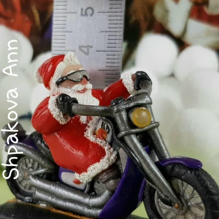Дед Мороз байкер на мотоцикле, новогодняя статуэтка