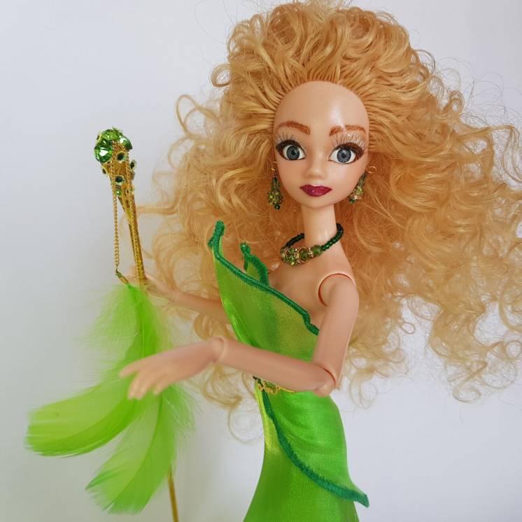 Луговая фея в зеленом платье с магическим посохом, стиль фэнтези