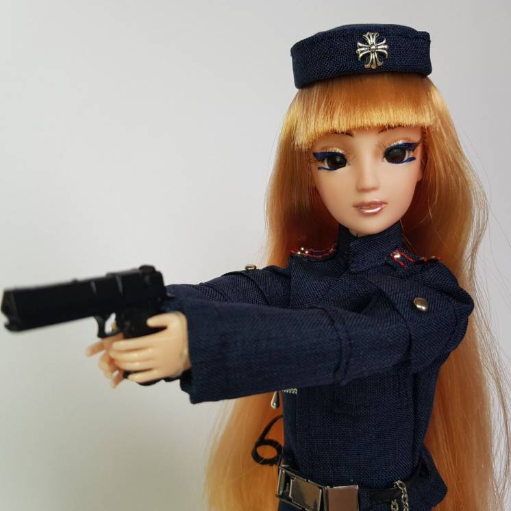 Полицейский в форме с оружием и наручниками, кукла