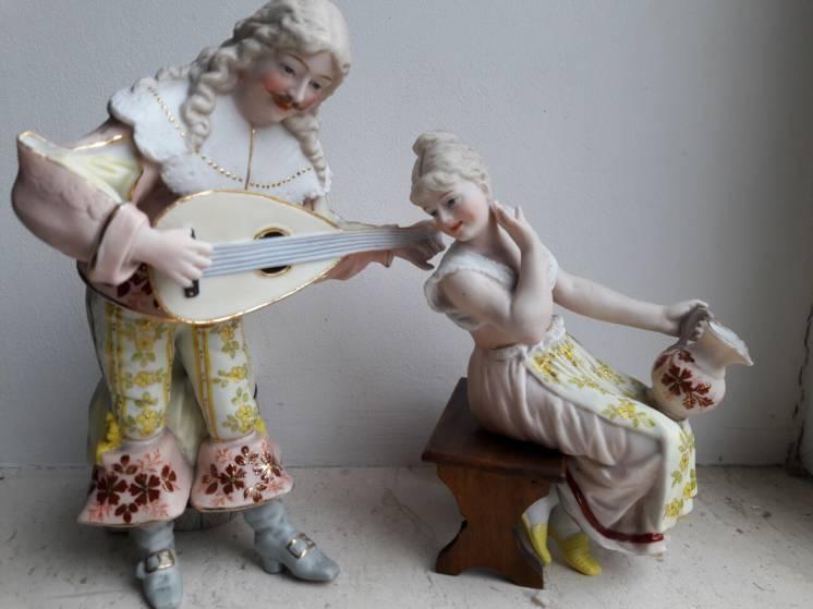 Кавалер и дама , парные статуэтки полихромный бисквит Богемия кон. 19