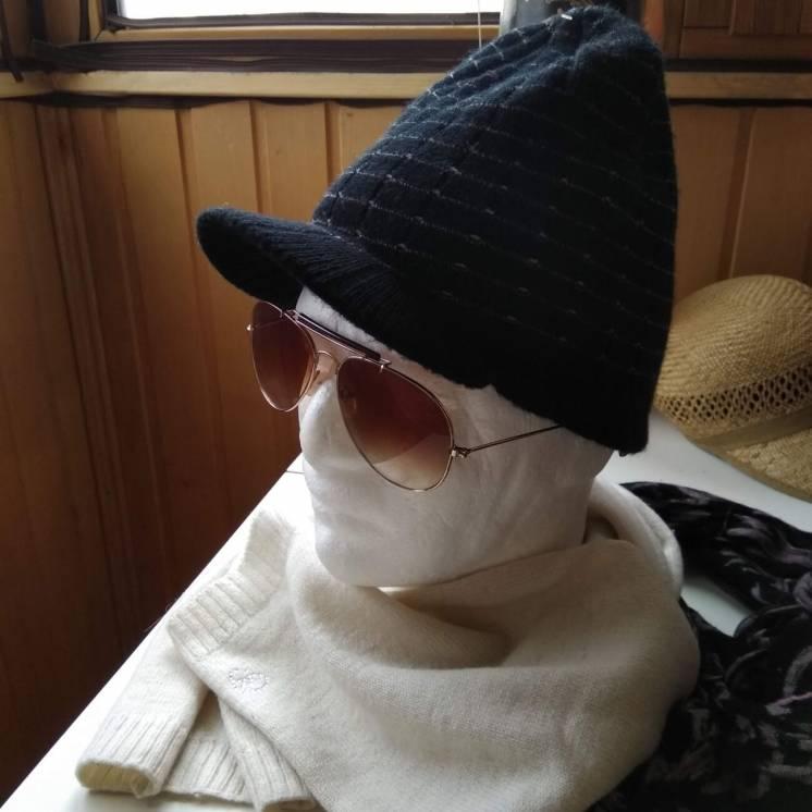 Теплая черная шапочка с козырьком шапка