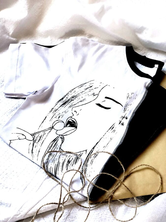 Оригинальная женская черно-белая футболка дизайн от коmashnaya