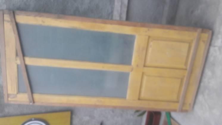 Дверь деревянная с рамой.
