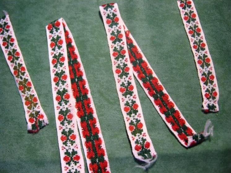 лента мережка тесьма декоративная белая с красным и зелёным узором