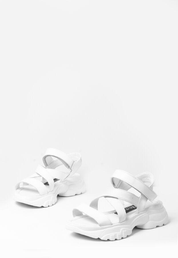 Кожаные женские белые спортивные босоножки на массивной подошве
