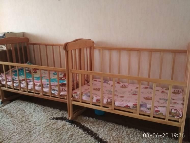 Продам две детские кроватки с антиаллергенными матрацами.