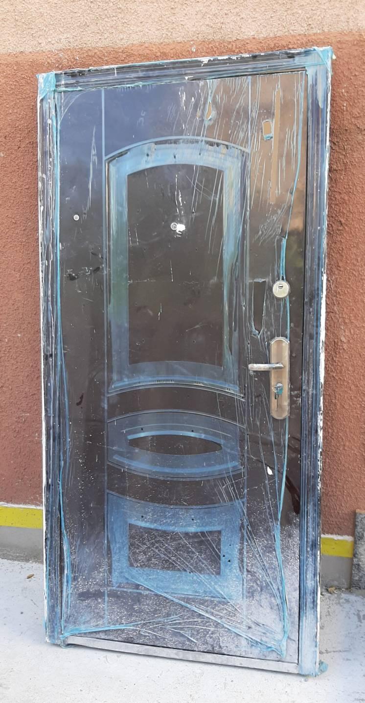 Продам входные китайские толстые двери с новостройки