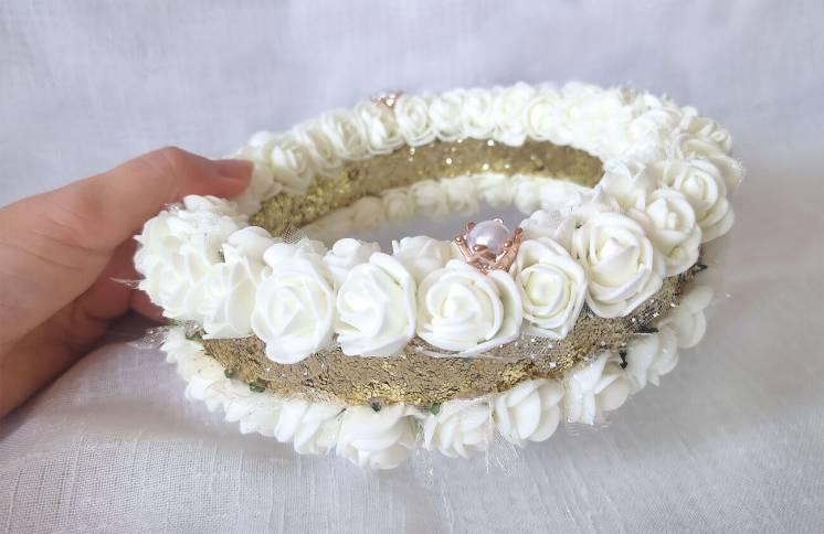 Блестящая подушечка для обручальных колец из роз айвори золото круглая