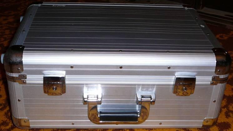 Алюминиевый чемодан на колёсах с выдвижной ручкой Crisma