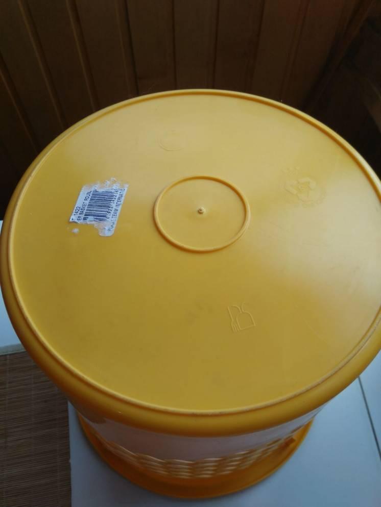 Ведро желтого цвета для бумаги или вещей подставка
