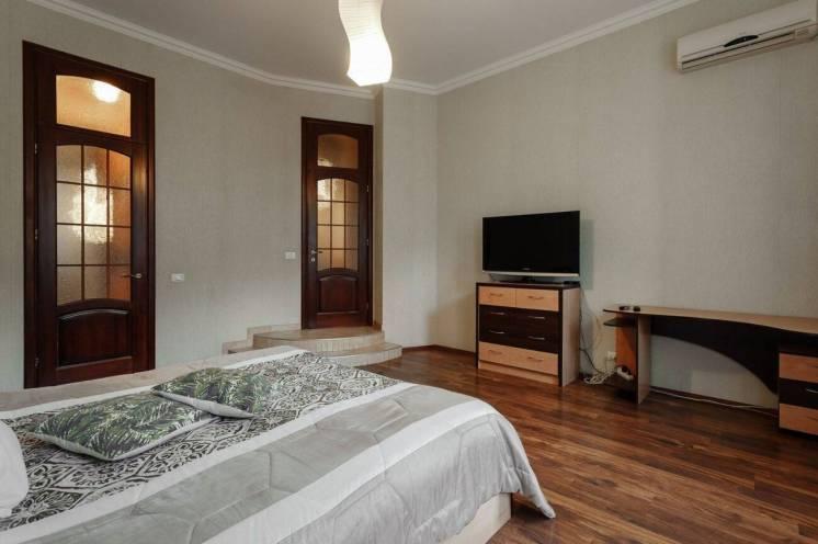 Продается двухкомнатная квартира в самом центре города. Дом расположен