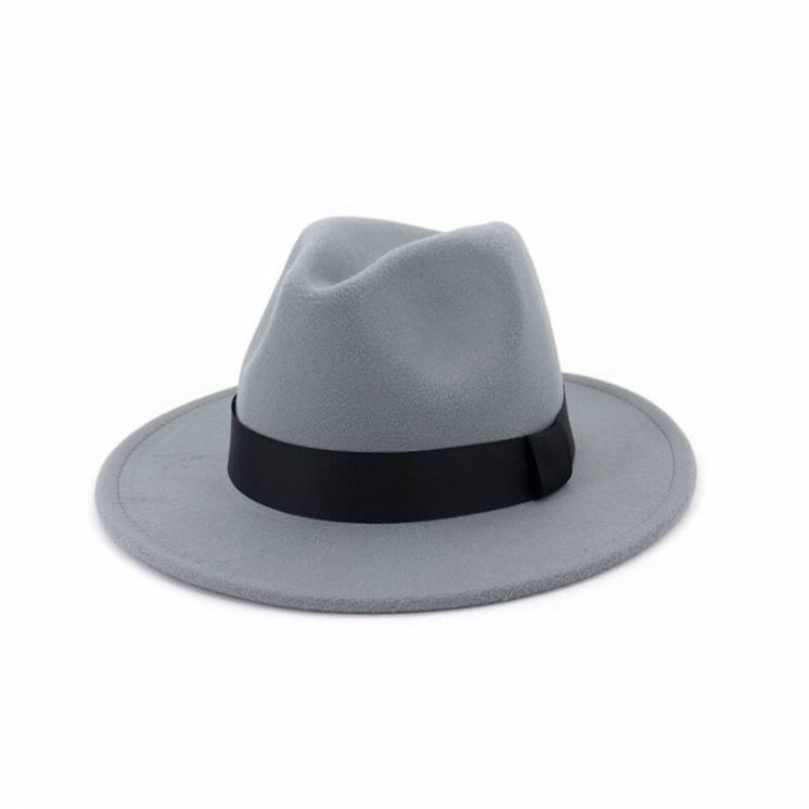Серая фетровая шляпа с широкими полями
