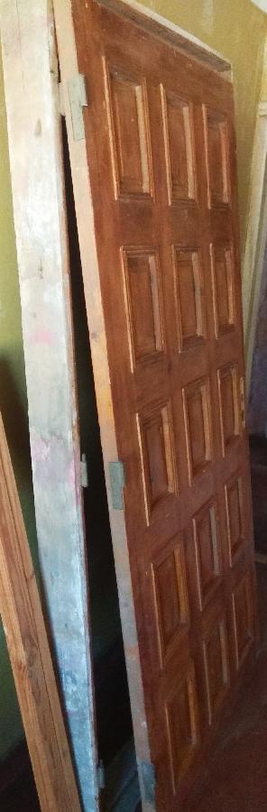 Дверь входная с коробкой.
