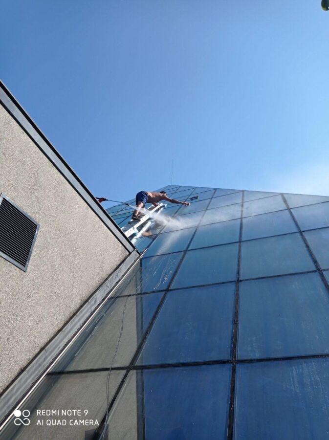 Миття вікон, миття фасадів, миття вивісок