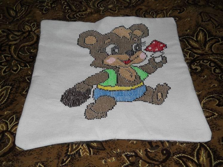 Вышитая подушка мишка 4