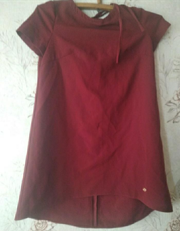 Красивое бардовое платье с вырезом на спине