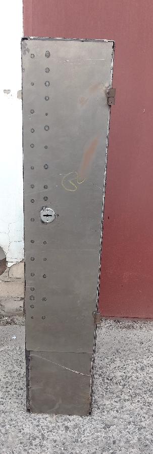 Металлический шкаф.