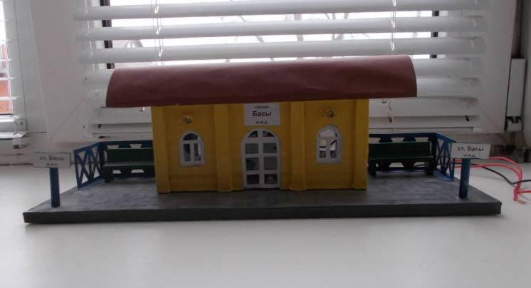 Игрушечная железнодорожная станция из картона