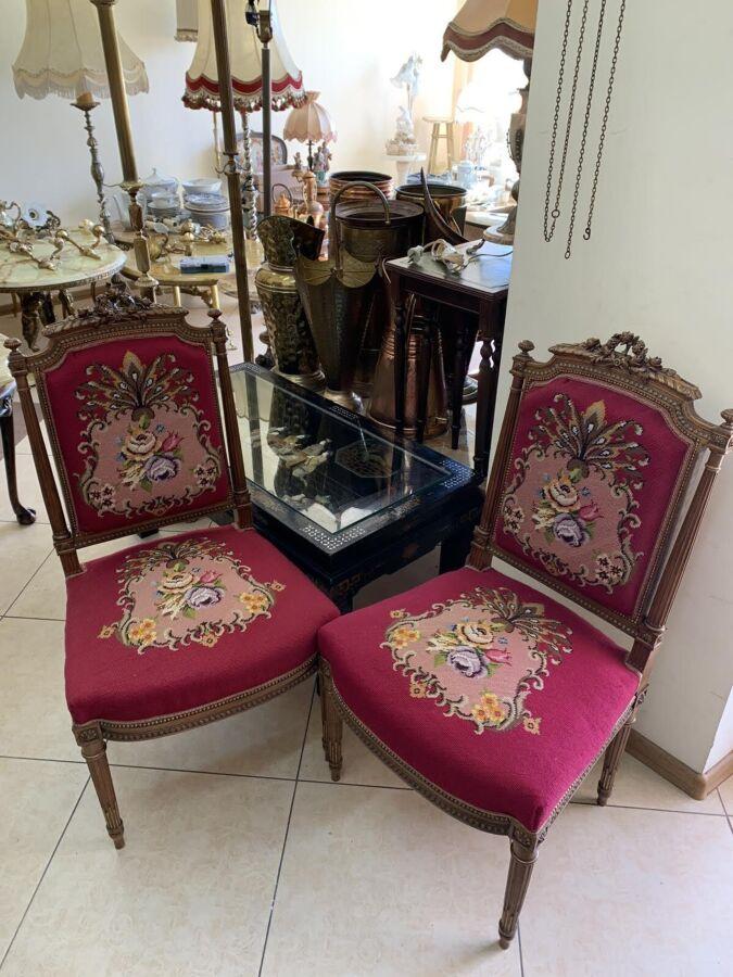 Пара старинных стульев резьба ручной работы гобелен