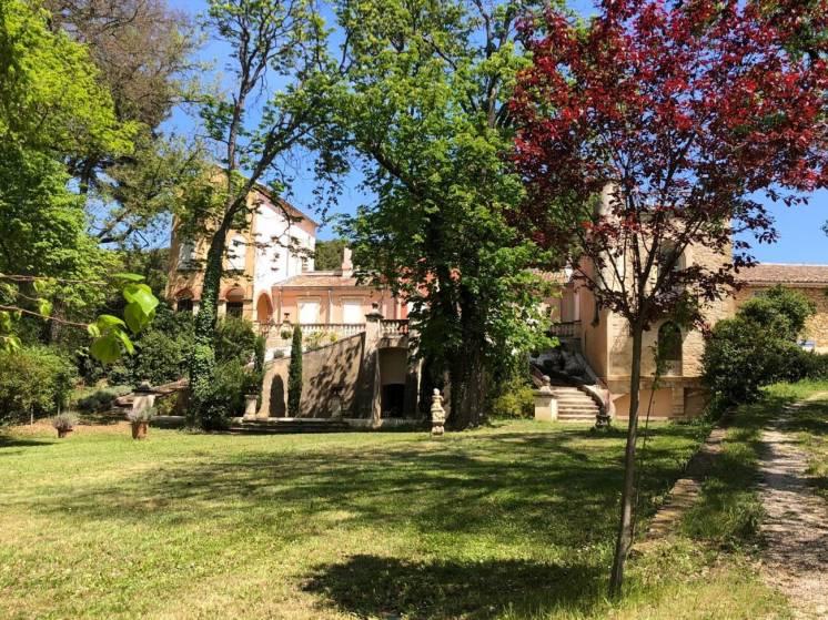Франция Марсель продажа имения с замком и отелем