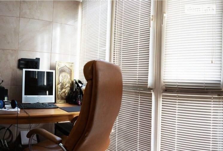Продам 2 комнатную раздельную с ремонтом Дарницкая площадь