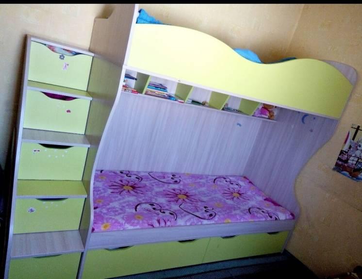 Двухярусне ліжко з сходами комодом.