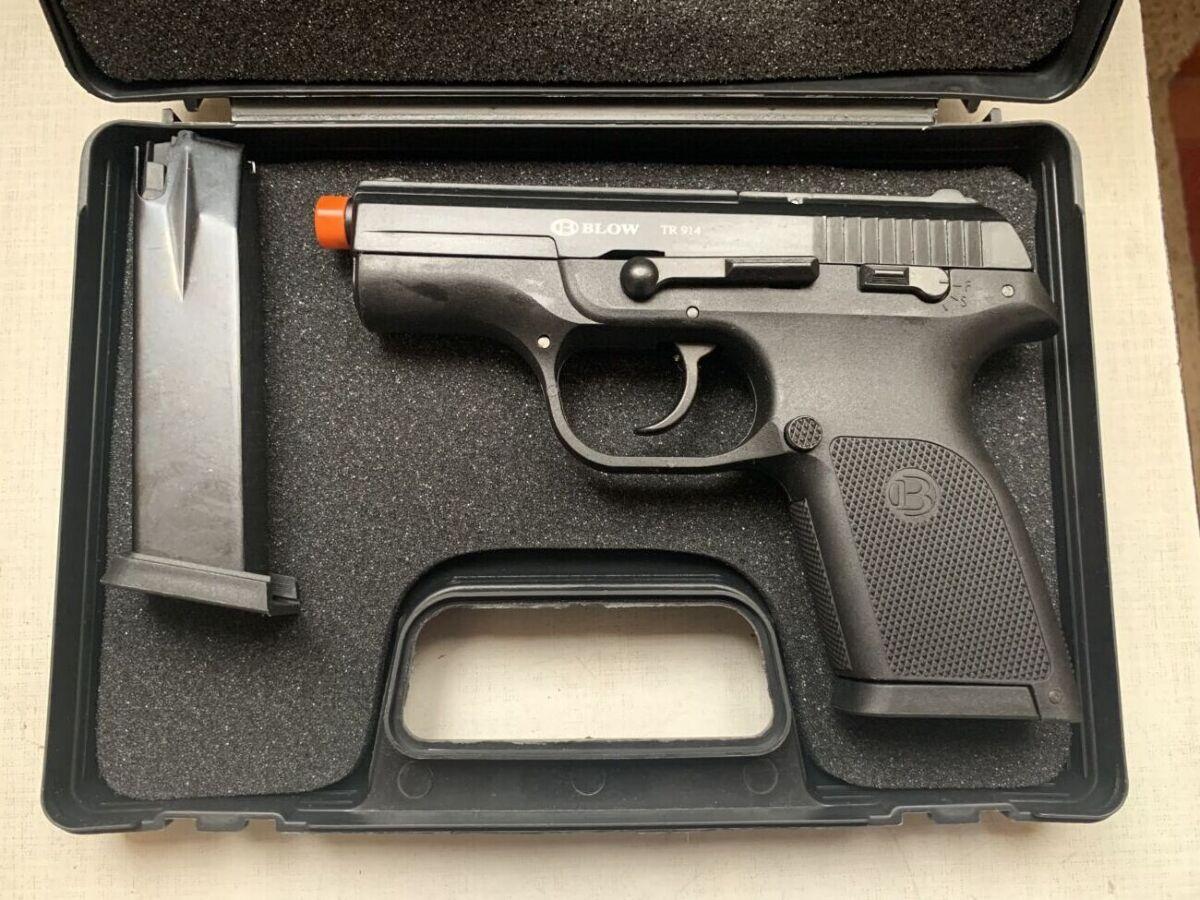 Стартовый  пистолет  Blow TR 914 (02)  с запасным магазином.