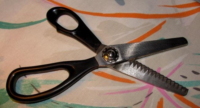 Ножницы зигзаг для кройки и шитья.