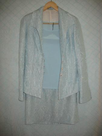 Снижена цена! Продам красивый голубой костюм-тройку р.44-46