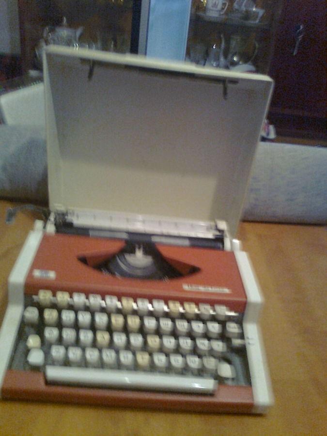 Фото - Пишущая машинка оранжевого цвета в рабочем состоянии, Югославия