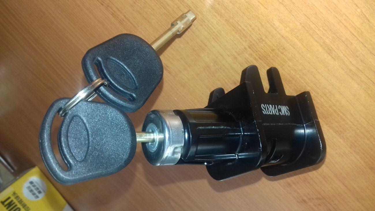 Фото - Замок капота (личинка+ 2 ключи) Ford Connect с2006 года