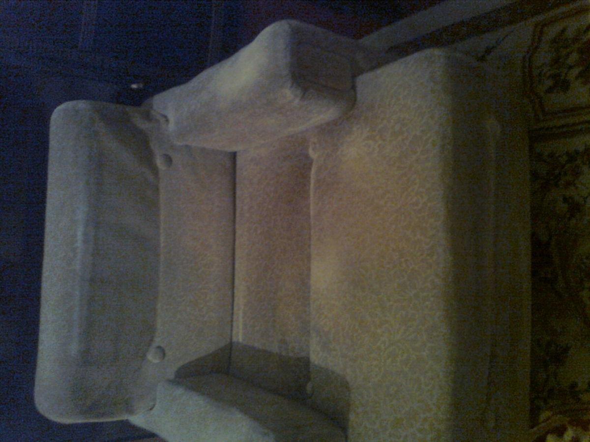Фото 2 - Велюровое кресло кофейного цвета
