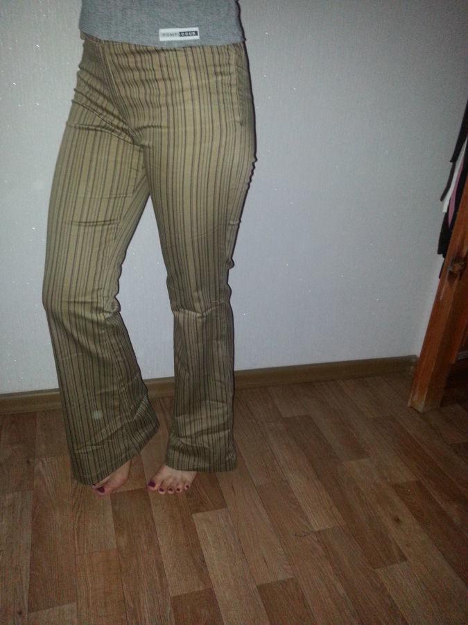 Фото - деловые брюки в полоску  цвета черные с горчичными