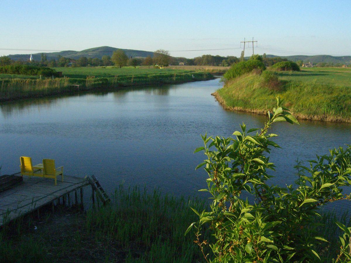 Продається велика земельна ділянка із озером. Цікава під інвестиці.